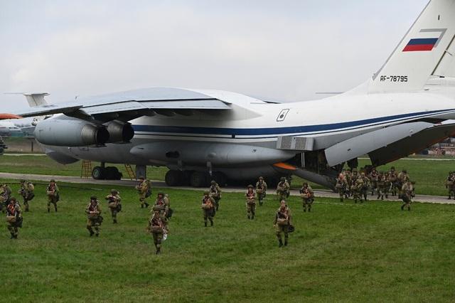 Mỹ nói 80.000 binh sĩ Nga vẫn áp sát biên giới Ukraine - 1