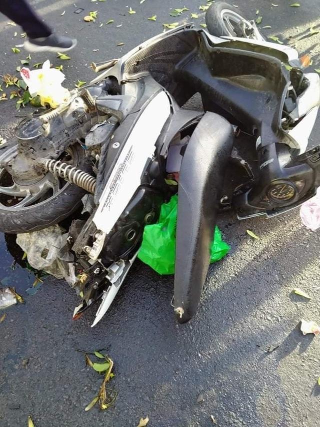 Kia Sorento lao vọt lên vỉa hè gây tai nạn, nghi nữ tài xế nhầm chân ga - 2