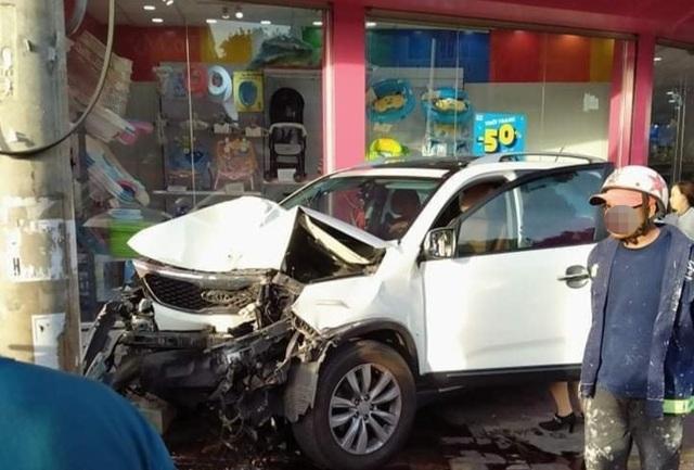 Kia Sorento lao vọt lên vỉa hè gây tai nạn, nghi nữ tài xế nhầm chân ga - 1