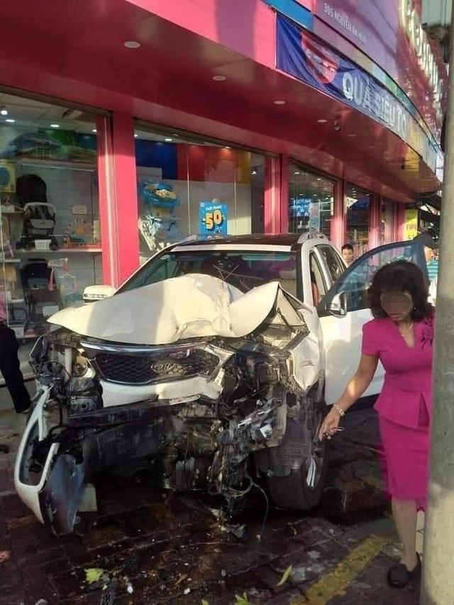 Kia Sorento lao vọt lên vỉa hè gây tai nạn, nghi nữ tài xế nhầm chân ga - 4