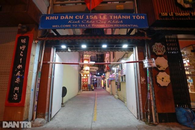 Sau vụ xử phạt karaoke trá hình, loạt phố massage ở TP.HCM đóng cửa im lìm - 6