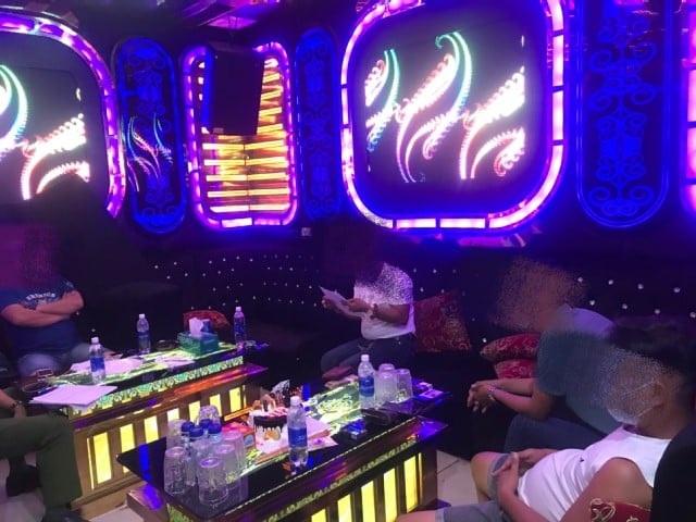 5 thanh niên bay lắc trong quán karaoke giữa mùa dịch - 1