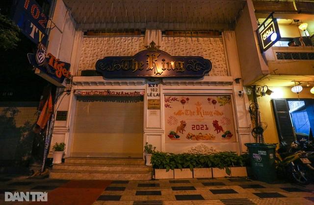 Sau vụ xử phạt karaoke trá hình, loạt phố massage ở TP.HCM đóng cửa im lìm - 2