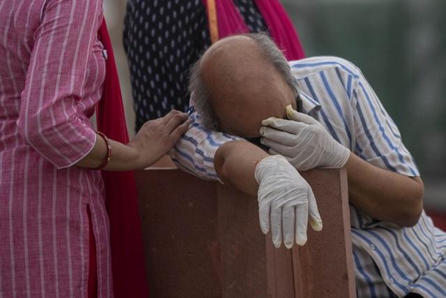 Người Ấn Độ quay cuồng tìm phao cứu sinh trên mạng xã hội - 1