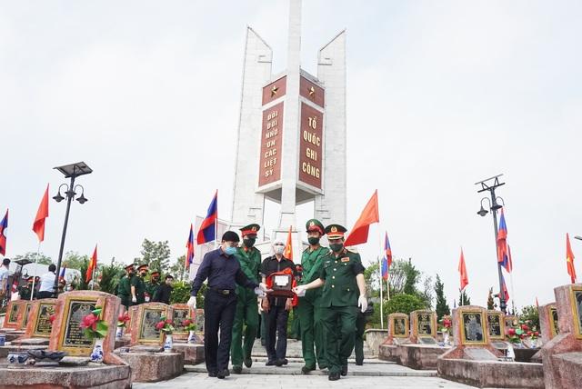 Trọng thể Lễ an táng 95 liệt sĩ quân tình nguyện và chuyên gia Việt Nam - 6