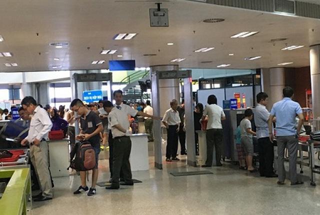 Bắt tận tay khách nữ trộm ví tiền tại cửa soi chiếu an ninh sân bay - 1