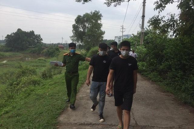 4 người Trung Quốc nhập cảnh trái phép bỏ chạy tới cánh đồng thì bị bắt - 1