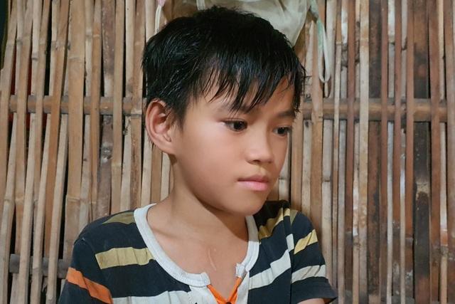 Thương cậu bé trong nhà sàn sắp sập nghỉ học chăm mẹ và người anh khác cha - 1