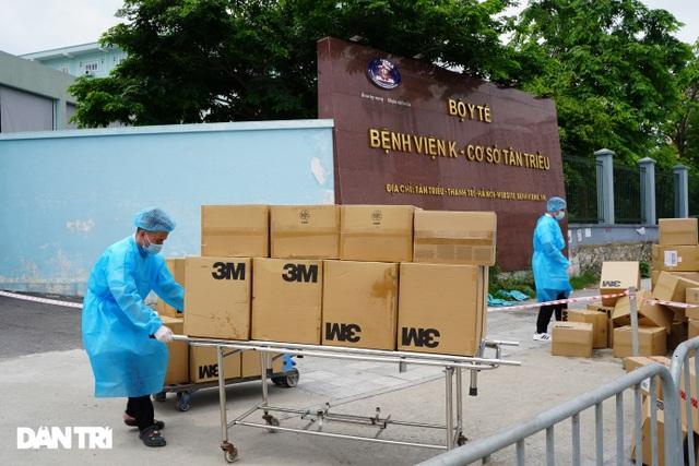 Khẩn cấp tiếp tế khẩu trang, lương thực vào Bệnh viện K Tân Triều - 2