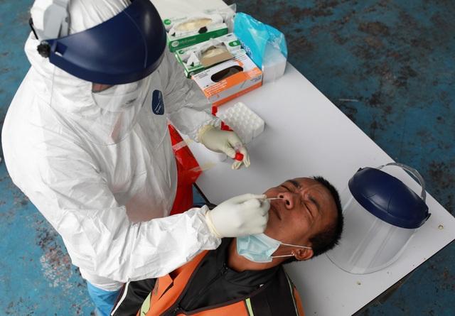 Bão Covid-19 càn quét, người trẻ Thái Lan tìm cách rời đất nước - 2