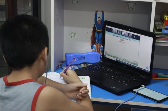 Phụ huynh thuê người học online cùng con - 1