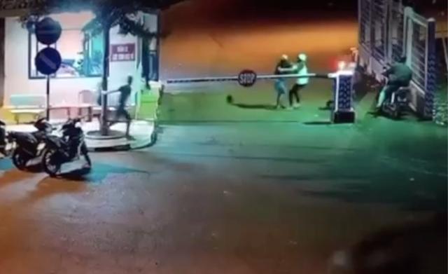 2 nhóm công nhân hỗn chiến kinh hoàng trước cổng khu công nghiệp - 1