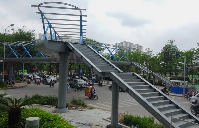 Thích thú với cây cầu vượt sang đường hình chữ Y, độc lạ nhất Hà Nội - 2