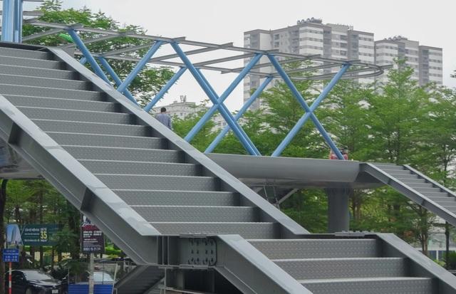 Thích thú với cây cầu vượt sang đường hình chữ Y, độc lạ nhất Hà Nội - 8