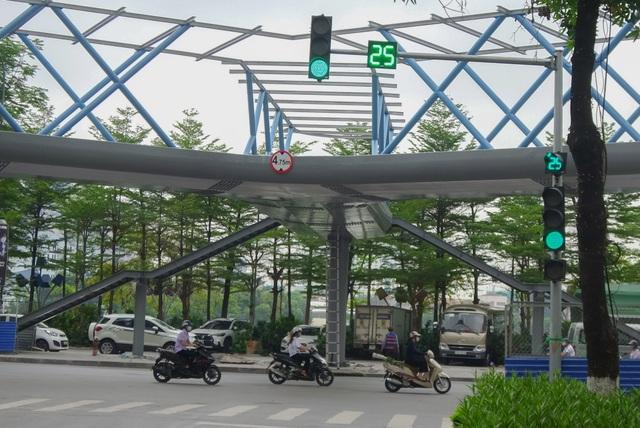 Thích thú với cây cầu vượt sang đường hình chữ Y, độc lạ nhất Hà Nội - 1
