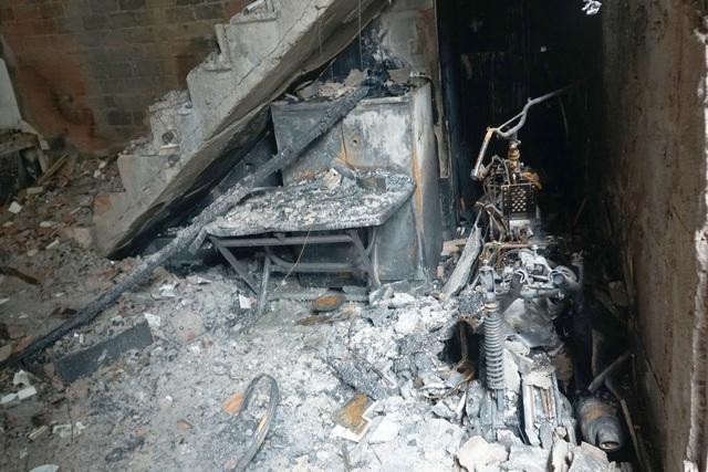 Lãnh đạo TPHCM thăm gia đình 8 nạn nhân tử nạn trong vụ cháy nhà - 2