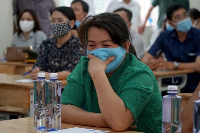 Lãnh đạo TPHCM thăm gia đình 8 nạn nhân tử nạn trong vụ cháy nhà - 1