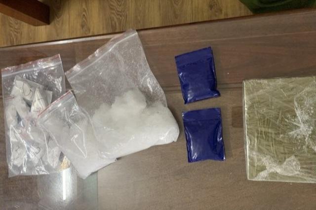 Bắt cặp đôi tàng trữ ma túy, thu giữ 2 bánh heroin cùng 1kg ma túy đá - 2