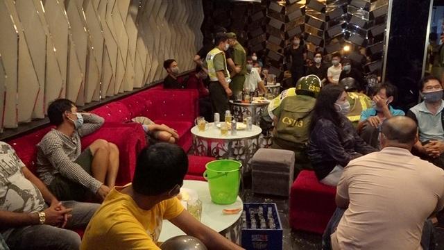 Hơn 50 khách hát karaoke, chủ quán tạo hiện trường giả che mắt công an - 1