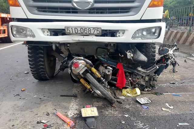 Xe ben lao vào nhóm công nhân trải nhựa đường, 1 người chết, 3 bị thương - 2