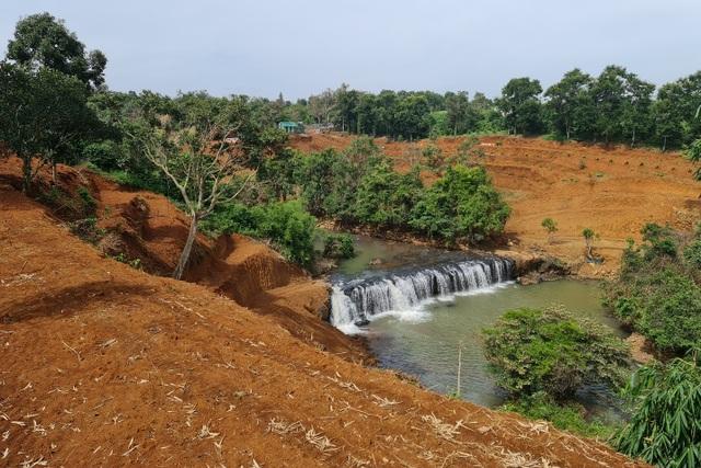Hai thác nước nằm giữa thành phố bị xà xẻo để... lấy view? - 2
