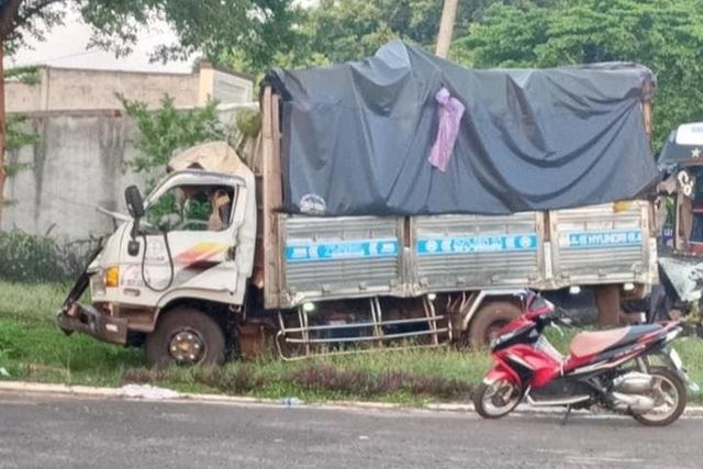 Xe chở rau củ va chạm xe khách, 1 người chết, nhiều người bị thương - 1