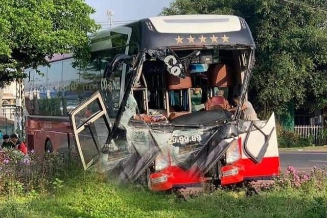 Xe chở rau củ va chạm xe khách, 1 người chết, nhiều người bị thương - 2
