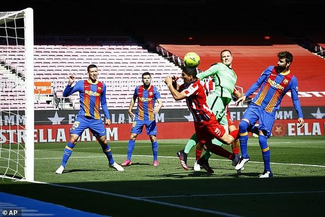 Nỗ lực của Messi không thể giúp Barcelona đánh bại Atletico - 7