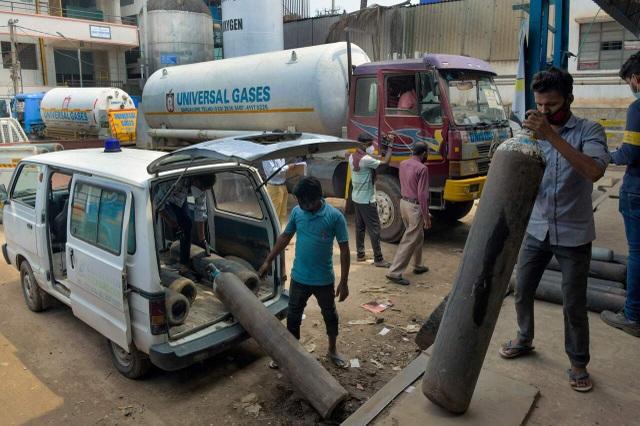 Ấn Độ trải qua ngày chết chóc nhất, nhiều bang cấp tập siết phong tỏa - 2