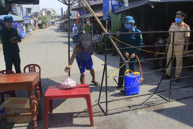Quảng Trị dựng rào thép gai phong tỏa hơn 350 hộ dân - 4