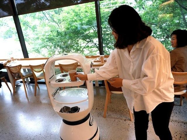 Quán cà phê thuê robot làm nhân viên phục vụ khách - 1