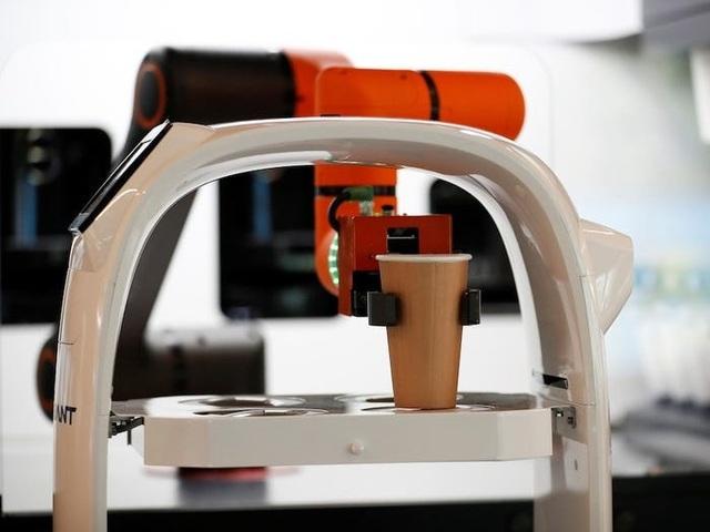 Quán cà phê thuê robot làm nhân viên phục vụ khách - 3