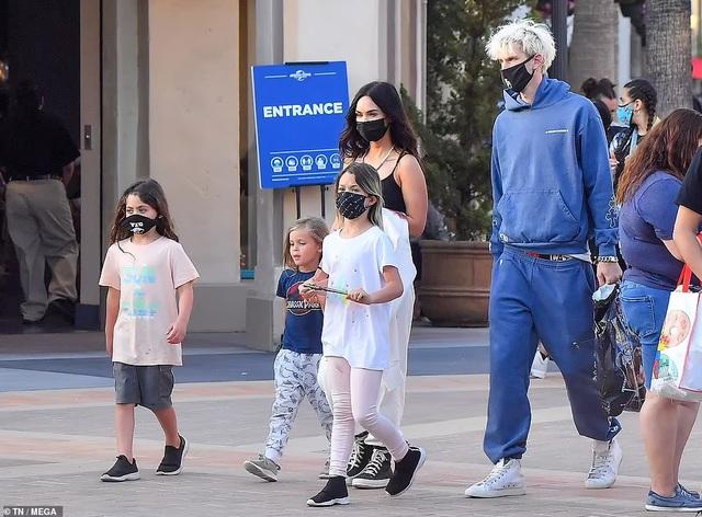 Mỹ nhân Megan Fox đưa 3 con đi chơi cùng bạn trai kém tuổi - 1