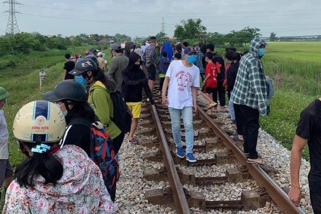 Đoạn đường sắt thuộc địa bàn xã Hưng Mỹ, huyện Hưng Nguyên - nơi lái tàu phát hiện hai mẹ con nằm nghi tự tử.