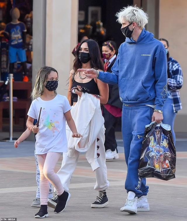 Mỹ nhân Megan Fox đưa 3 con đi chơi cùng bạn trai kém tuổi - 3