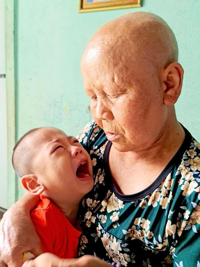 Nhiều năm nay bà Trần Thị Tuyết (60 tuổi, mẹ chồng chị Lam) đã phải chiến đấu với căn bệnh ung thư vú, bây giờ đã ở giai đoạn cuối.