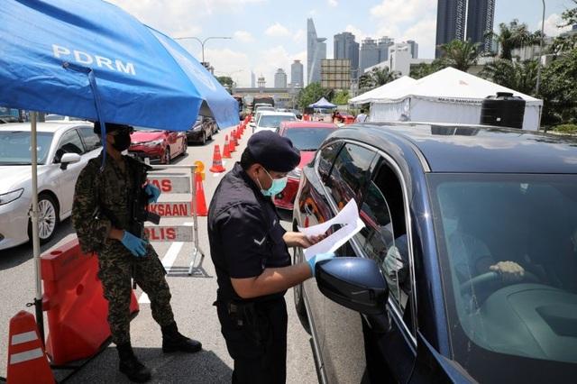 Malaysia phong tỏa toàn quốc để ngăn bão Covid-19 - 1