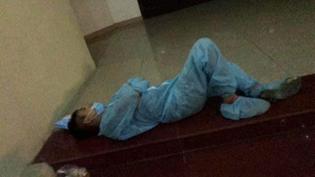 Bắc Ninh: 101 ca dương tính, nhân viên y tế kiệt sức ngủ gục tại chỗ - 4