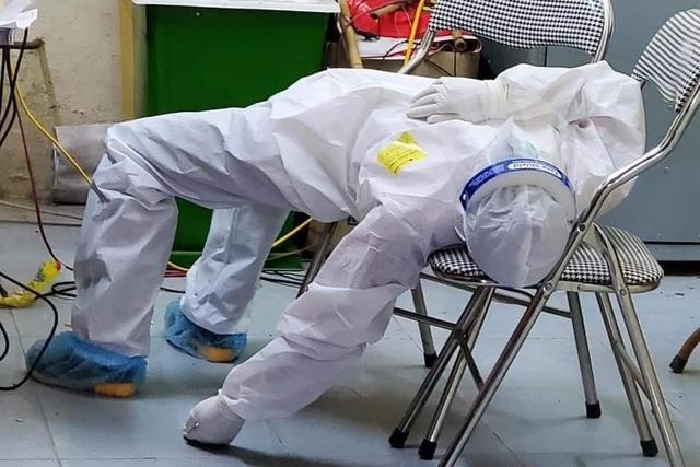 Bắc Ninh: 101 ca dương tính, nhân viên y tế kiệt sức ngủ gục tại chỗ - 2