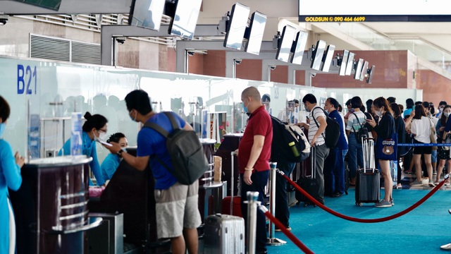 Nhiều người bị phạt nặng tại sân bay Nội Bài vì không đeo khẩu trang - 1