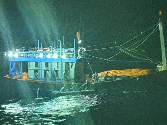 Cấp cứu thuyền trưởng tàu cá Quảng Nam bị viêm ruột thừa cấp ở Hoàng Sa - 1