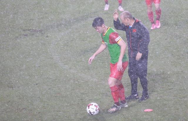 Đội tuyển Việt Nam luyện công dưới mưa to chờ đấu Malaysia, UAE - 5