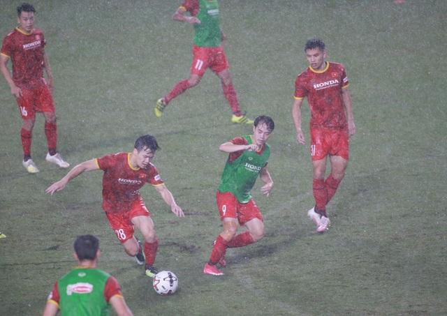 Đội tuyển Việt Nam luyện công dưới mưa to chờ đấu Malaysia, UAE - 4