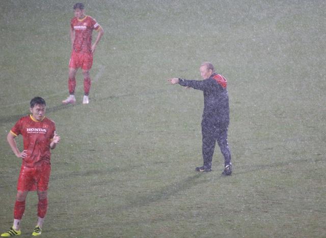 Đội tuyển Việt Nam luyện công dưới mưa to chờ đấu Malaysia, UAE - 6