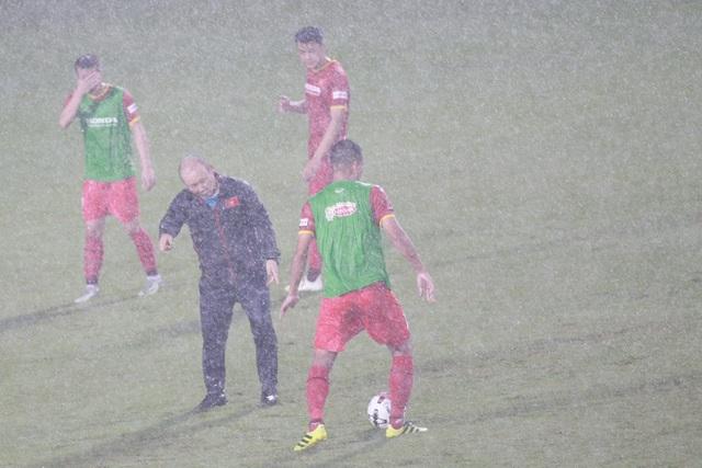 Đội tuyển Việt Nam luyện công dưới mưa to chờ đấu Malaysia, UAE - 1