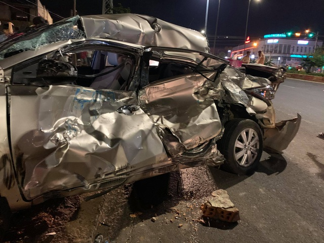 Xe chở củi mất phanh vò nát ô tô con, nữ tài xế tử vong - 2