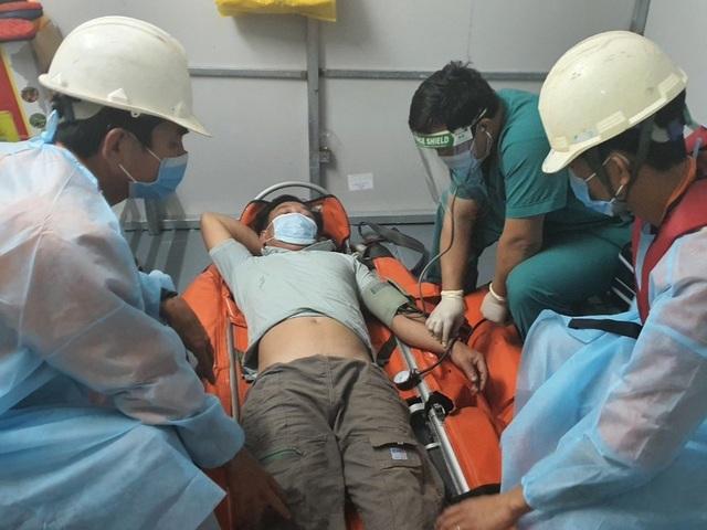 Cấp cứu thuyền trưởng tàu cá Quảng Nam bị viêm ruột thừa cấp ở Hoàng Sa - 2