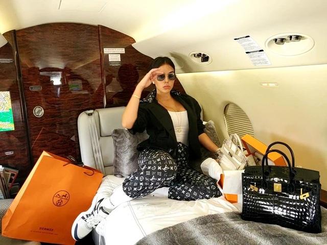 Bạn gái C.Ronaldo và những lần khoe ảnh sang chảnh trong máy bay riêng - 6