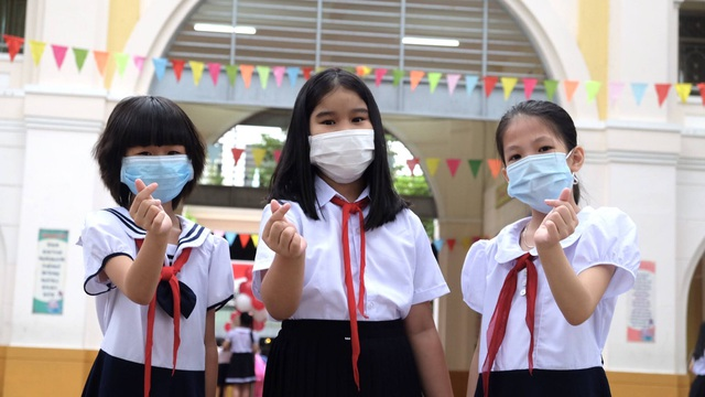 Đà Nẵng: Phụ huynh đến nhận đề kiểm tra từ giáo viên mang về cho con làm - 2