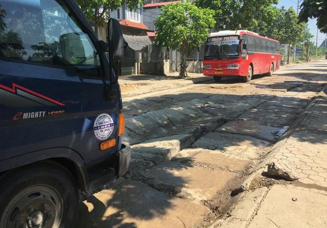 Kinh hãi đoạn đường bê tông vỡ vụn, tai nạn xảy ra như cơm bữa ở Hà Nội - 4